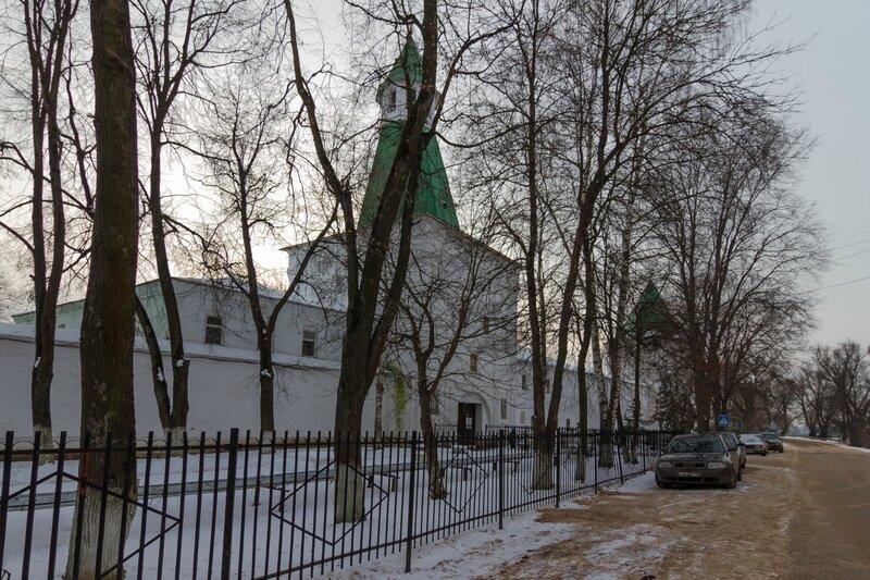 Спасская башня и бывшие Братские кельи в Николо-Пешношском монастыре