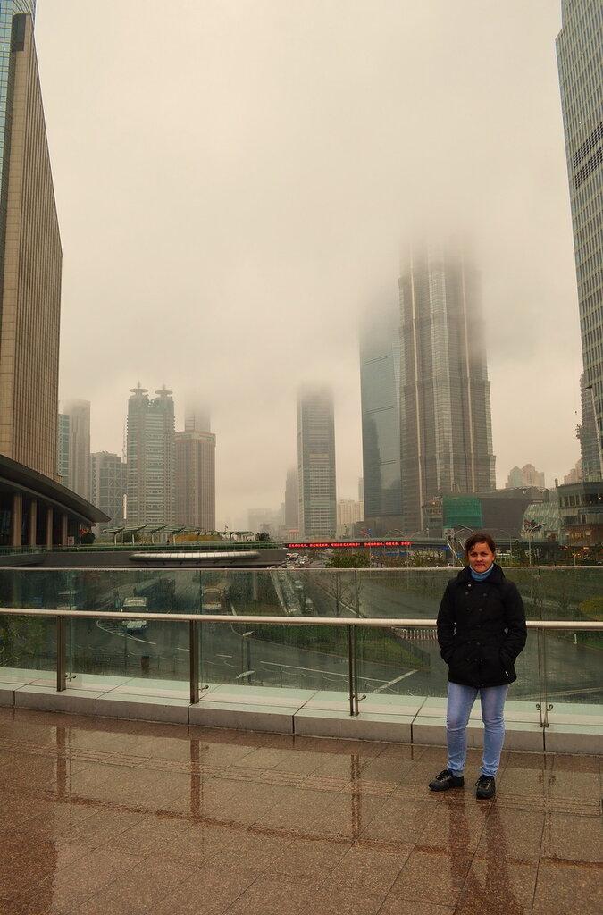 Фото 8. Самостоятельная поездка в Китай. Достопримечательности Шанхая за один день. А на улице - туман. На смотровую площадку подниматься бессмысленно.