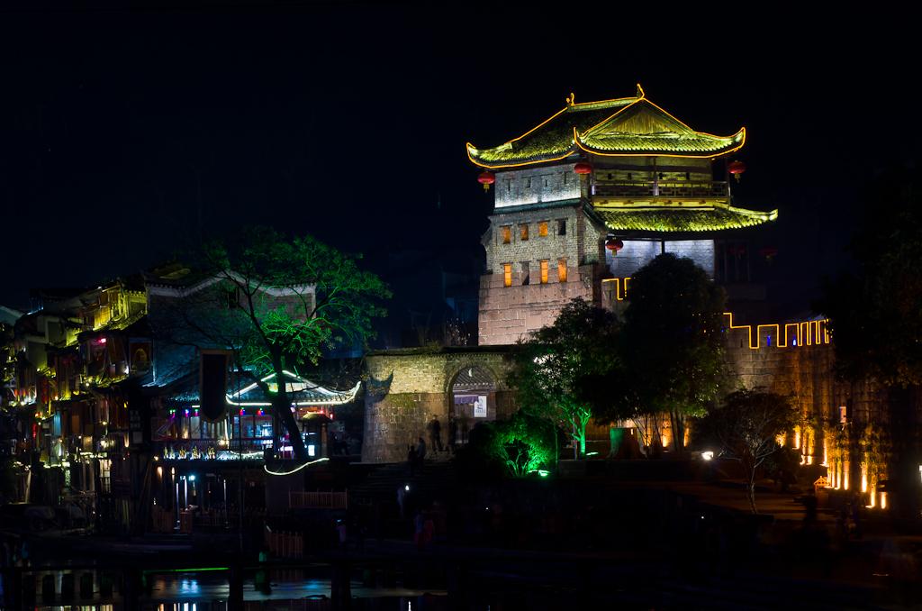 Фото 15. Зеркалка Nikon D5100 с телевиком Nikkor 70-300 снимает резко даже ночью, будучи установленной на Sirui T-2204X-G20X. Ночной город Фэнхуан в Китае.
