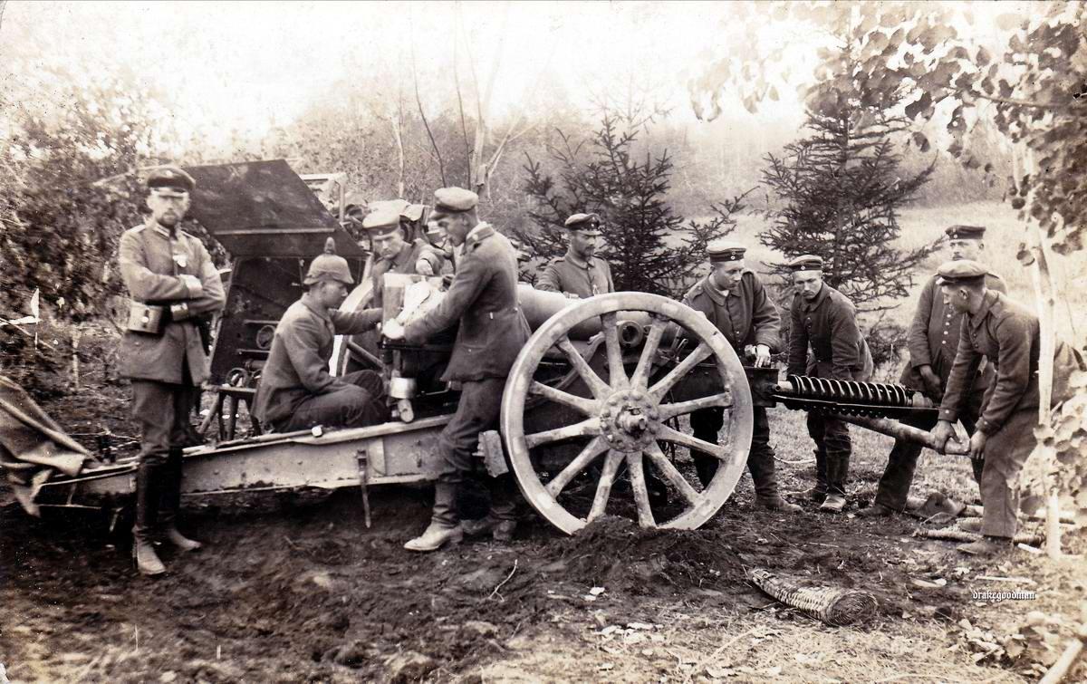 Тяжелая полевая гаубица калибра 15 см в момент ремонта в полевых условиях (1915 год)