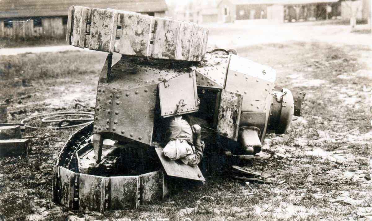 Американский танк М1917 (версия французского Рено FT-17), перевернувшийся в процессе обучения его экипажа