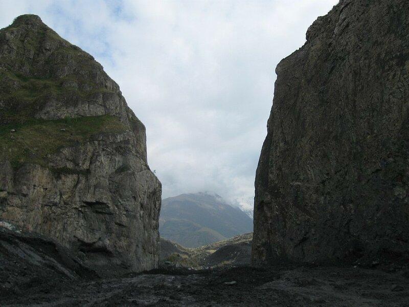 """Так называемые """"Кармадонские ворота"""" - резкое сужние ущелья. Справа за скалой - верхний портал """"Бодровского"""" тоннеля. ( IMG_5331.JPG)"""