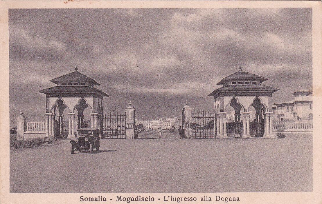 1935. У входа на таможню
