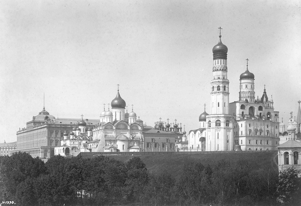 Кремлевские соборы с кремлевской стены в Москве