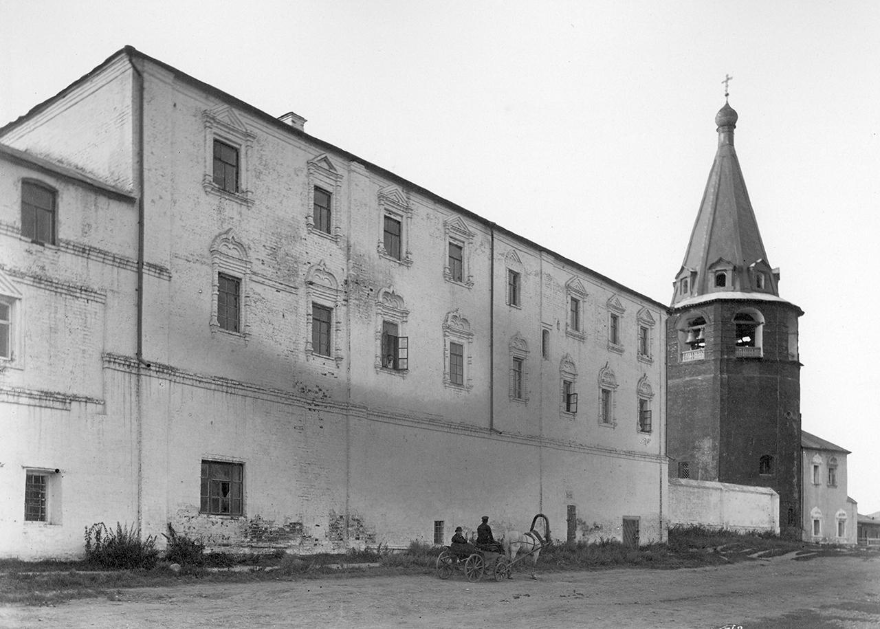Кремль. Дом Суздальского духовного училища и соборная колокольня