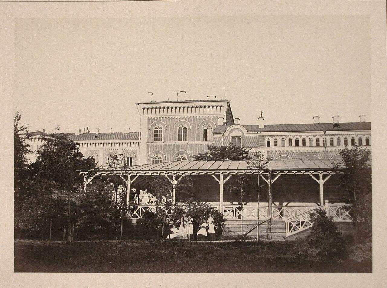 Группа воспитанниц института в саду института