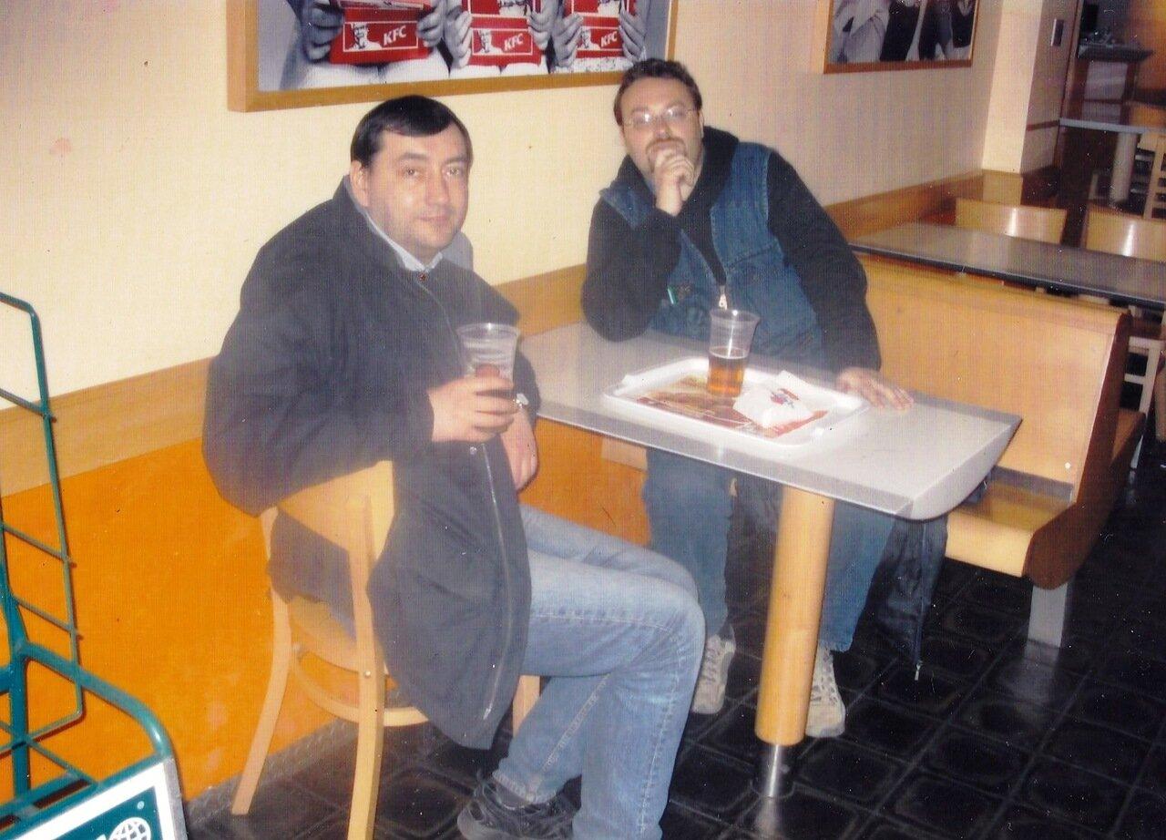 2006. Прага. Два часа ночи, Макдональдс. Единственное место в Праге, где в это время можно найти пиво. Из наркопритона нас уже выгнали. В ночную смену в Макдональдсе работают дауны (социальная программа). Мозг воспринимает их как часть всемирного заговора