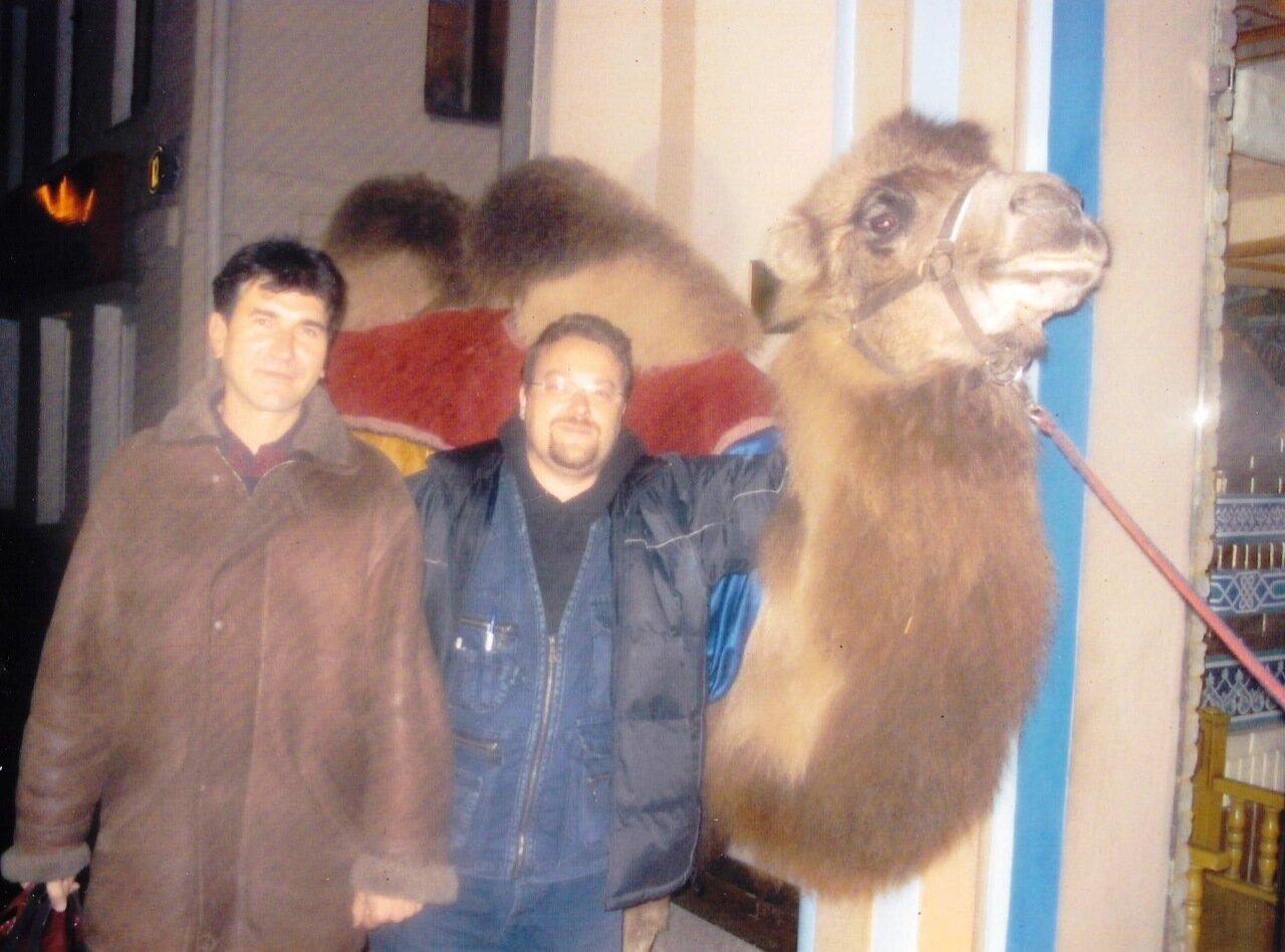 2006. Москва. Это лишь остановка в пути по дороге в загул. Не помню названия кабака. Перед этим была малороссийская «Корчма», где мы и познакомились с тем самым кроликом.