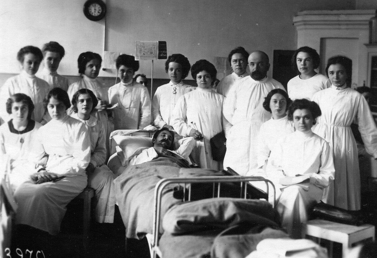 Группа слушательниц с преподавателем на практических занятиях в клинике