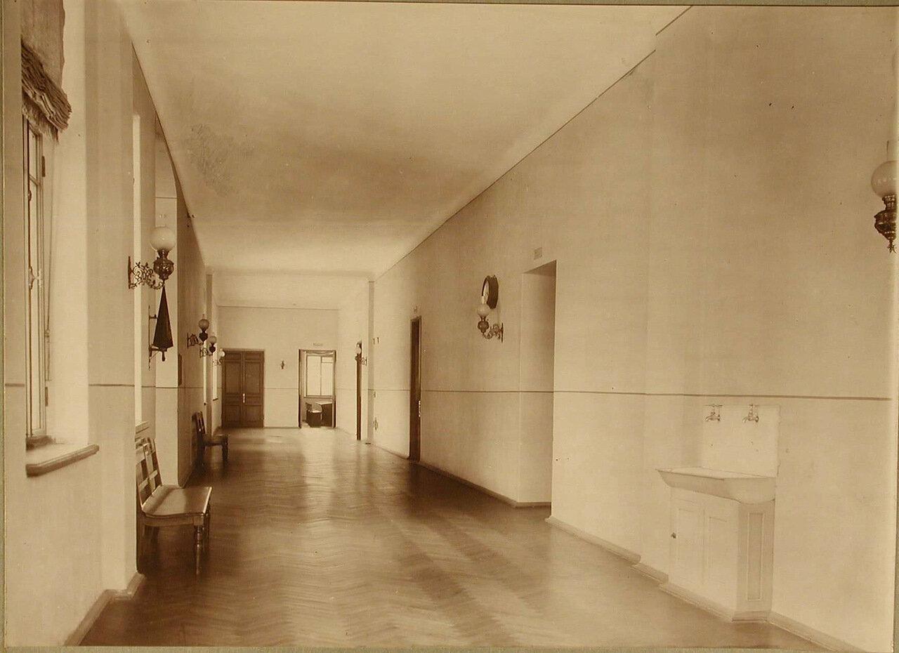 14. Вид части одного из коридоров училища, куда выходят классы старших учеников