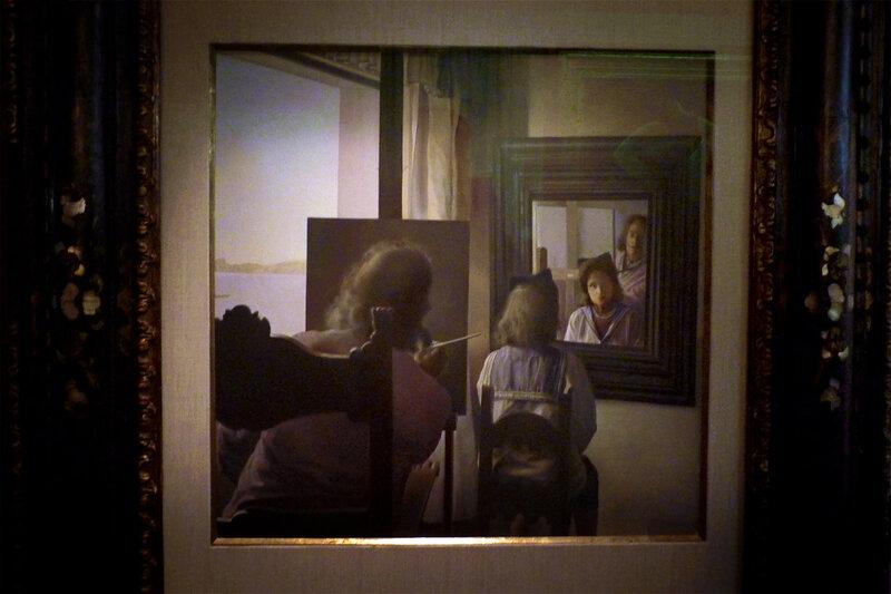 Повернувшись спиною пишет портрет