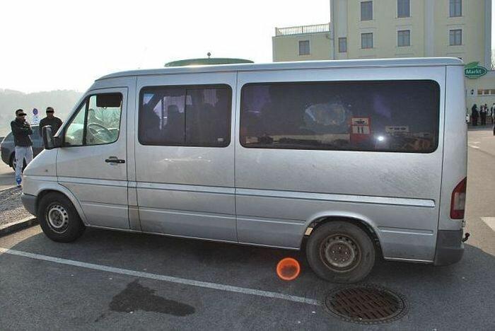 Сколько нелегалов может разместиться в одном микроавтобусе? (4 фото)