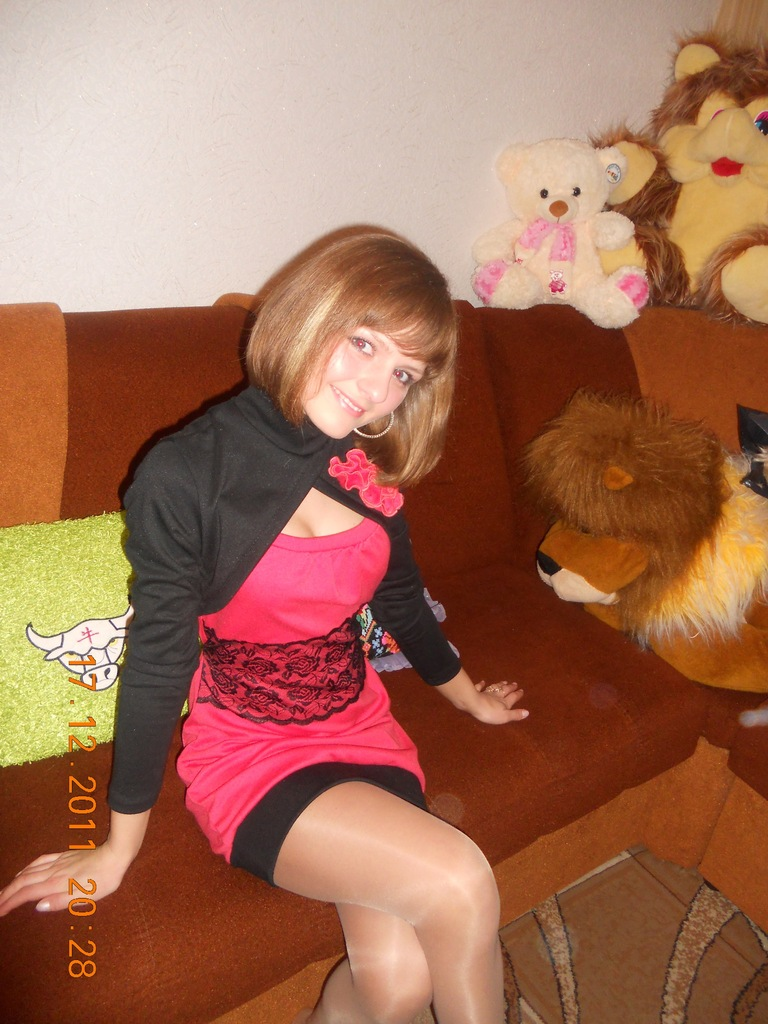 Девушка на вечеринке в колготках на диване