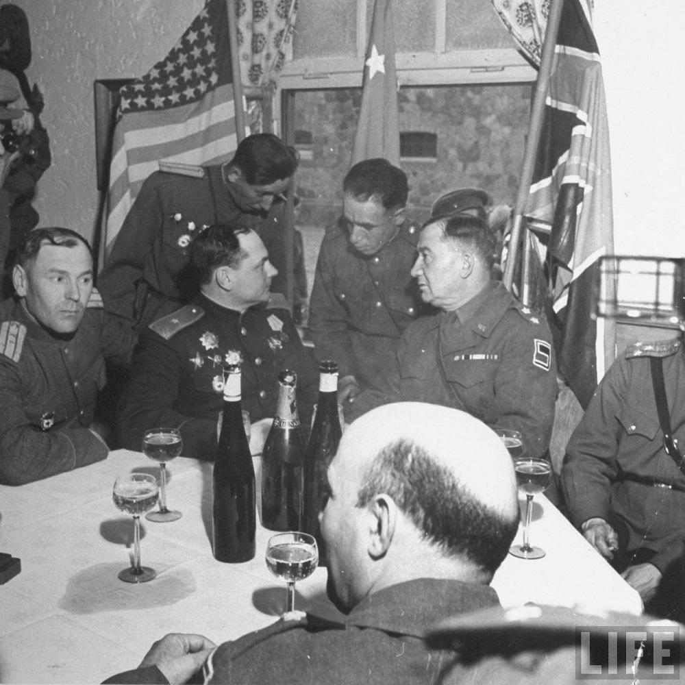 Cоветский генерал-майор В.В. Русаков и генерал-лейтенант армии США Эмиль Райнхард выпивают во время встречи на Эльбе.jpeg