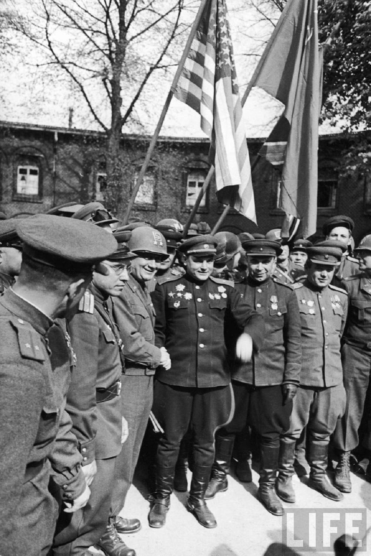 Встреча на Эльбе, советский генерал-майор В.В. Русаков и командир американской армии Эмиль Райнхард.jpg