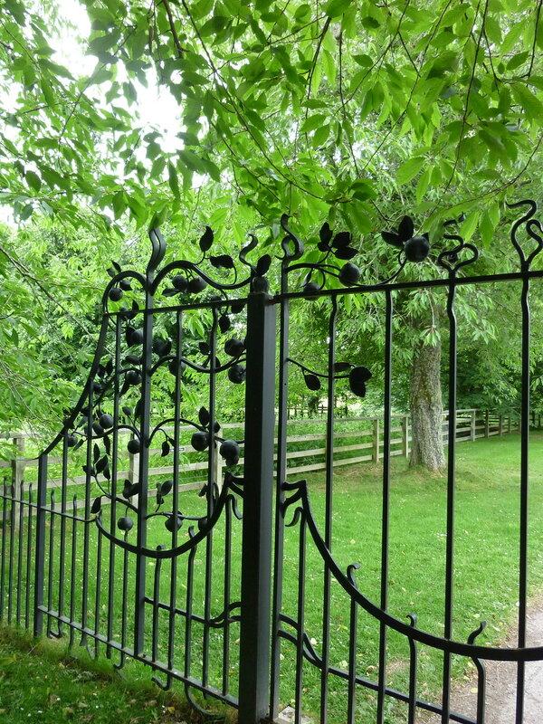 Ковка на воротах на въезде в Коудор