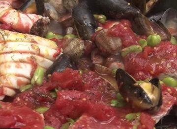 Рыба и морепродукты с томатным соусом и вином