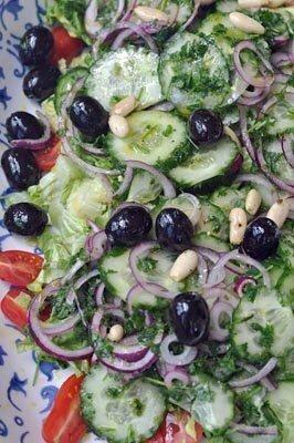 Заправить греческий салат