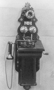 Внешний вид стенного индукторного аппарата с коммутатором, раздельным микрофоном от телефона, служащего при установке промежуточной станции двухпроводной системы.