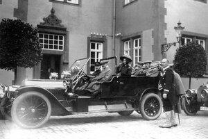 Рядом с шофёром - великий герцог Э. Гессенский, великая княжна Ольга Николаевна. На заднем сиденье справа - Николай II.