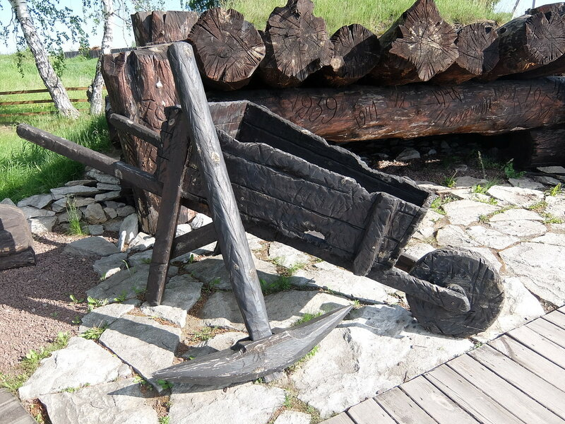 Мемориал жертвам Сиблага - Тачка и кирка