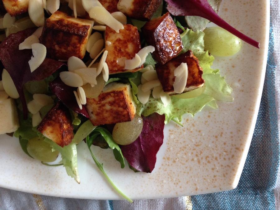 Салат с жареным сыром и виноградом