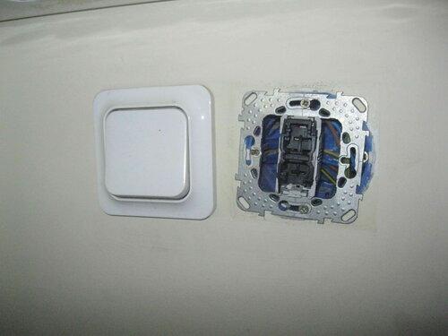 Фото 1. До прибытия электрика неисправный одноклавишный выключатель «Уника» («Unica») был частично разобран персоналом магазина.