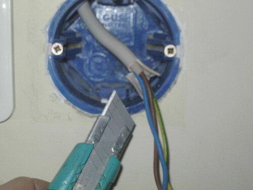 Фото 10. Кабель NYM 3х1,5, подведённый к выключателю, в своё время был разделан очень неаккуратно. Этот недостаток пришлось исправить.