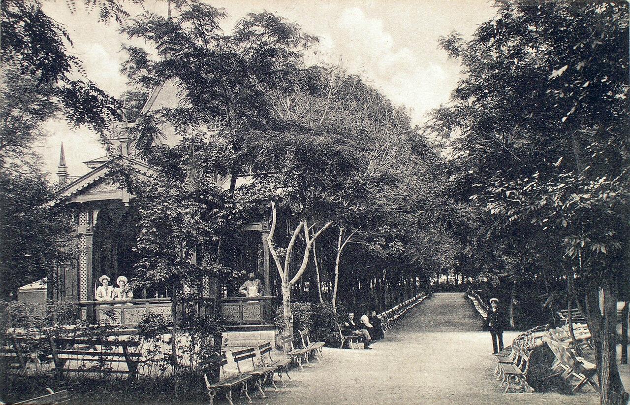 Аллея парка и водопродажный павильон