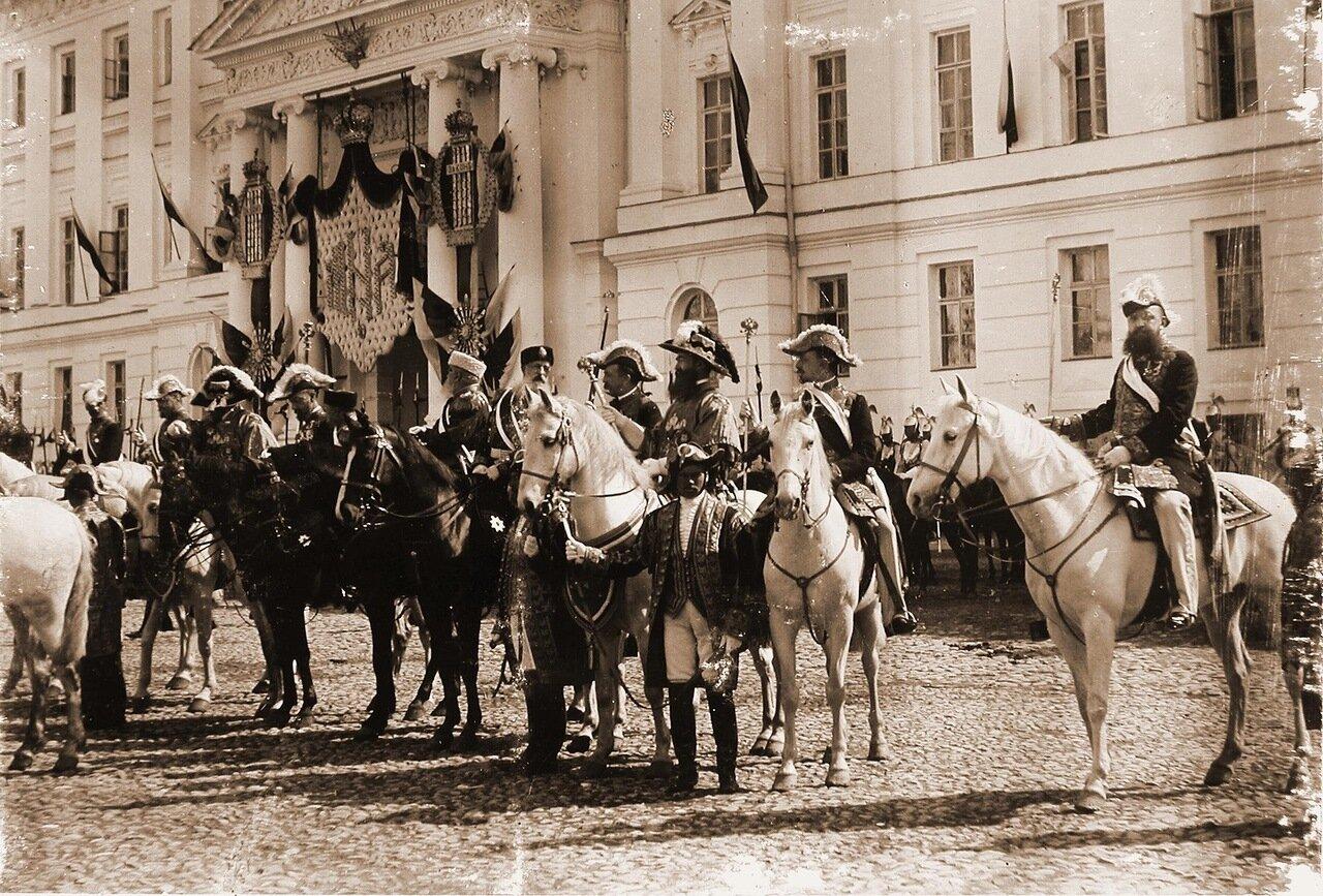 Генерал-адъютанты, обер-церемониймейстеры, церемониймейстеры, герольды у здания Сената на Сенатской площади Кремля в день объявления даты священного коронования