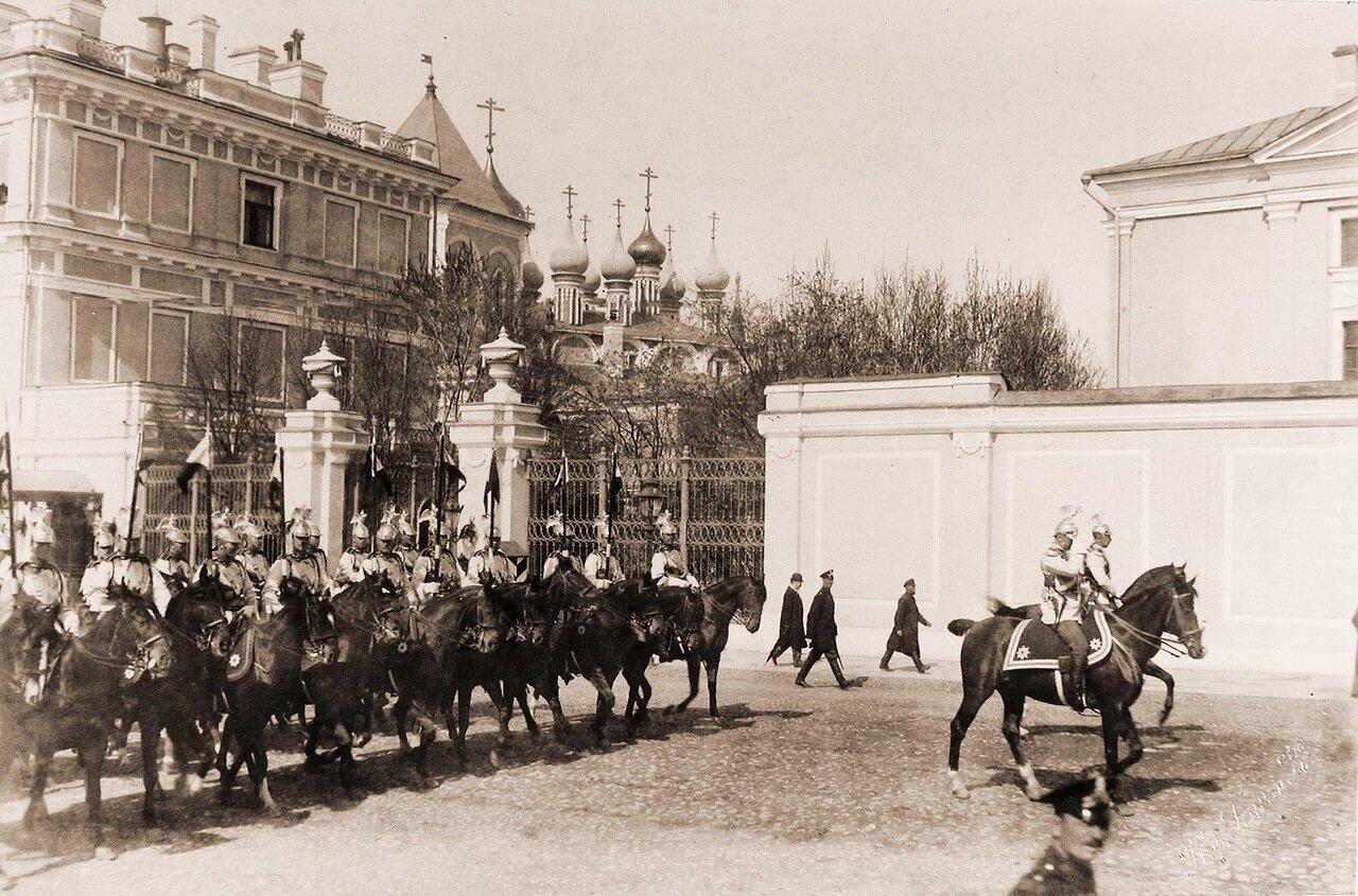 Конногвардейцы проезжают мимо Вознесенского монастыря в Кремле; на втором плане - Чудов монастырь