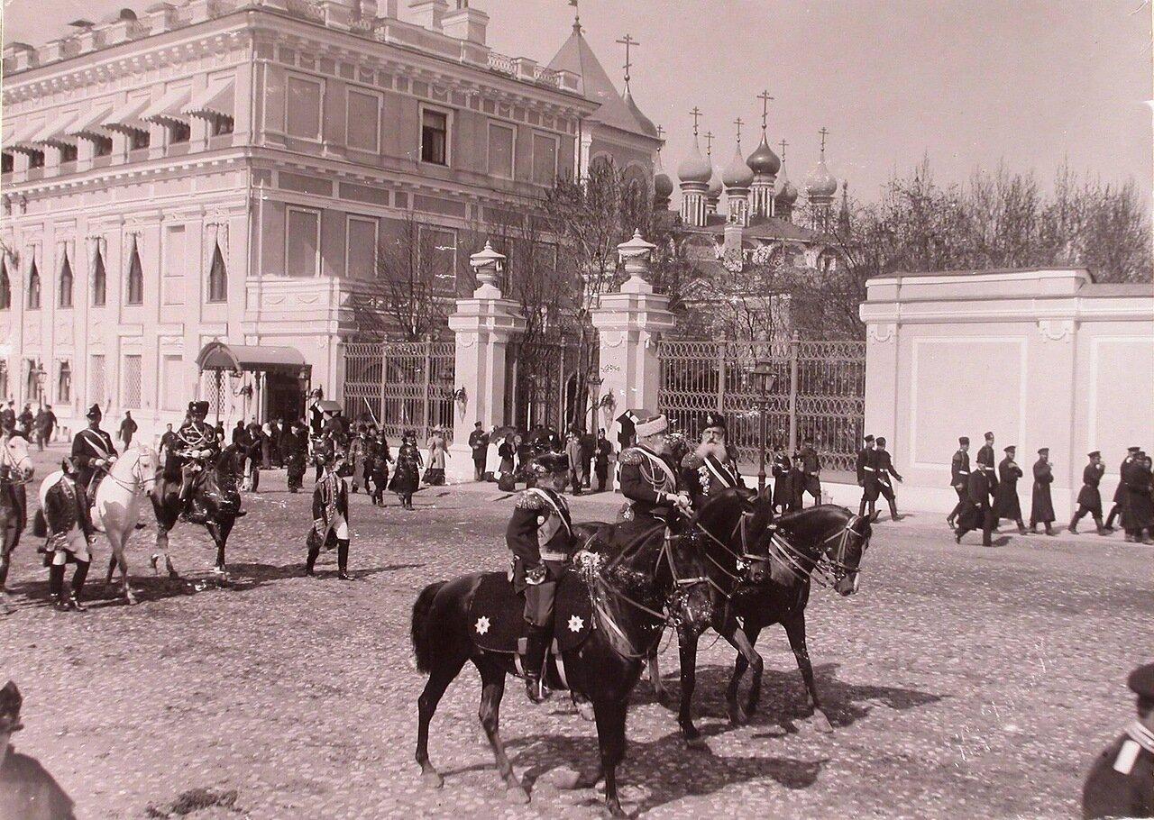 Церемониймейстеры проезжают мимо Малого Николаевского дворца (слева) в Кремле к Вознесенскому монастырю; на втором плане - Чудов монастырь