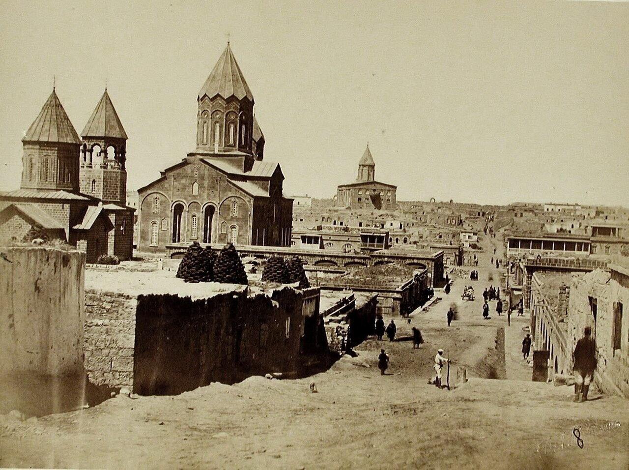 Вид одной из улиц города;слева - Армянский собор