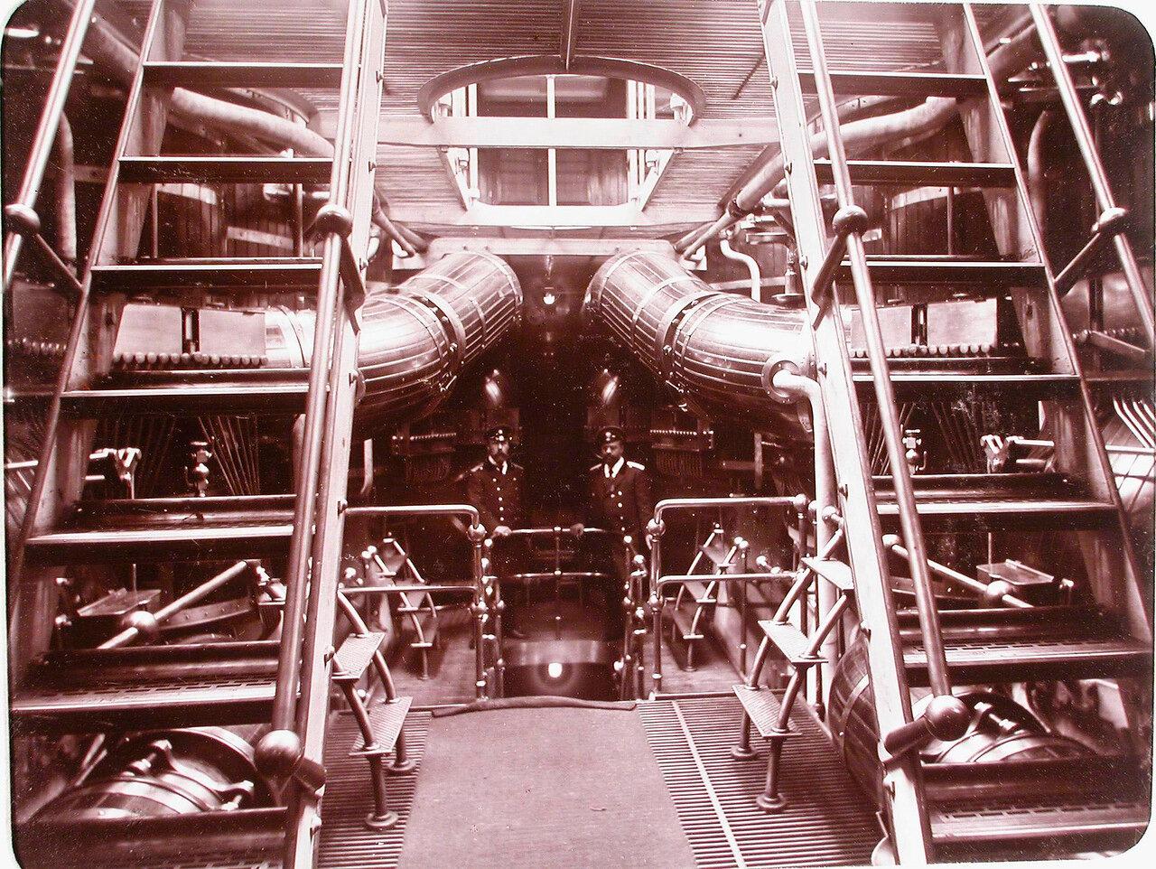 21.  Офицеры в машинном отделении яхты «Штандарт»