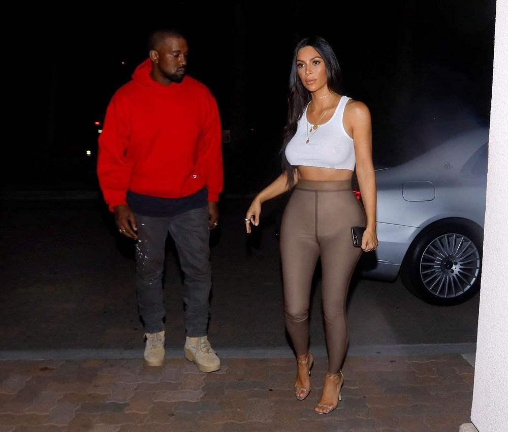 Ким Кардашян в обтягивающих штанишках