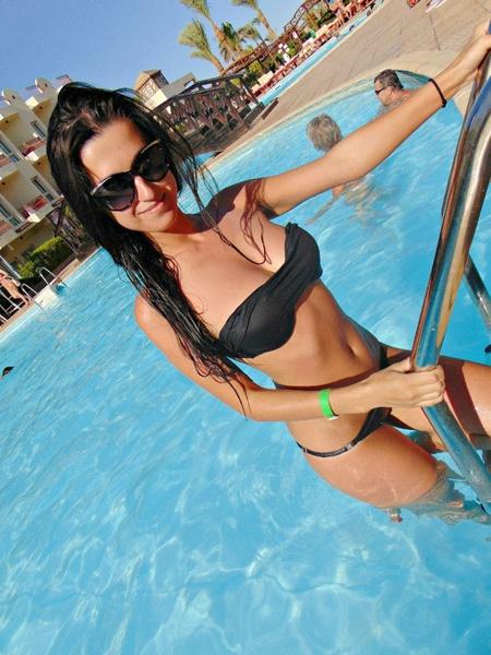 Фотоссет брюнетки на пляже в купальнике