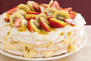 Торт чаще всего украшали киви и клубникой
