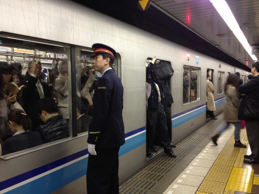 15. Самое переполненное метро – Токио В этом метро есть специальные сотрудники, в обязанности которы