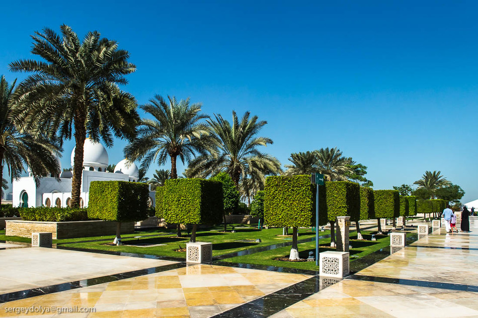 Мечеть окружают искусственные озера и каналы площадью более 7800 кв. метров. Очень красиво!