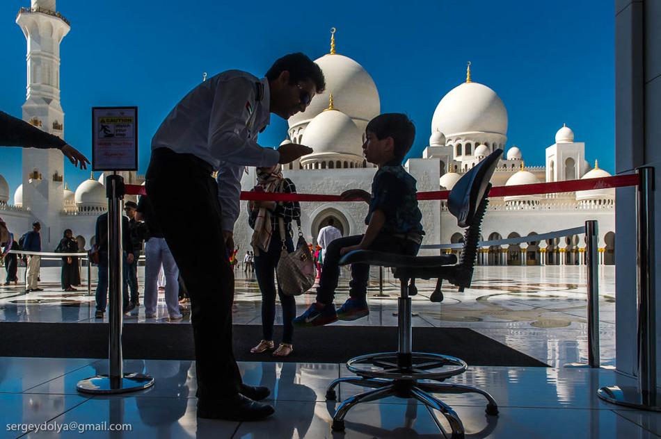 Проходим внутрь. Стены, полы и потолки мечети выполнены из 28 пород мрамора (белый, розовый, зеленый