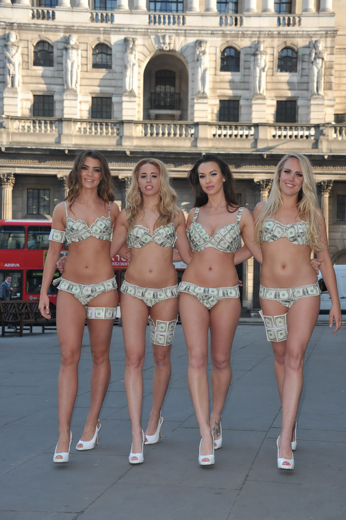 Девушки в бикини из долларовых купюр