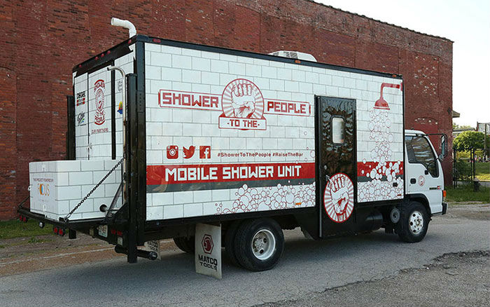 Джейк Остин купил старый грузовик за 5 тысяч долларов и превратил его в мобильный душ на колесах для