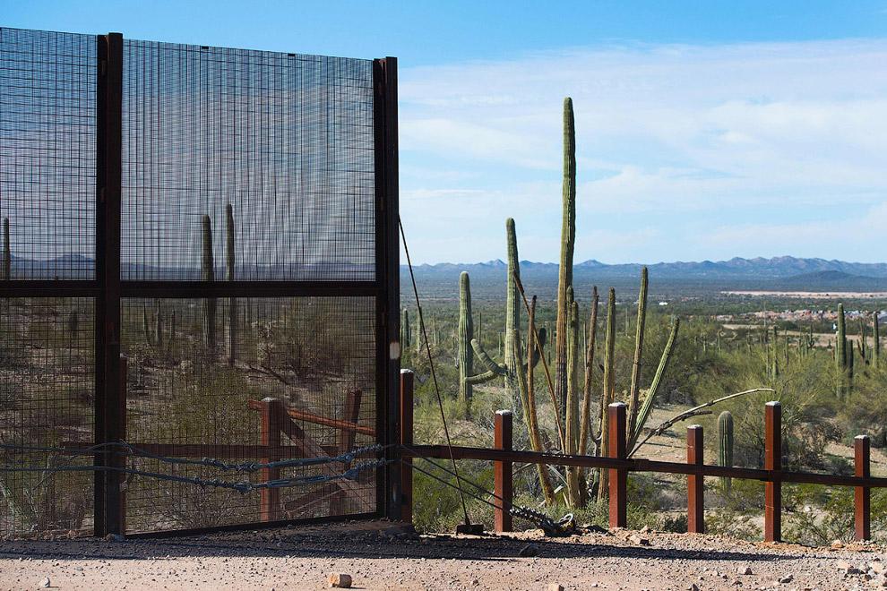 34. Несложное пограничное ограждение, штат Аризона, 16 февраля 2017. (Фото Jim Watson):