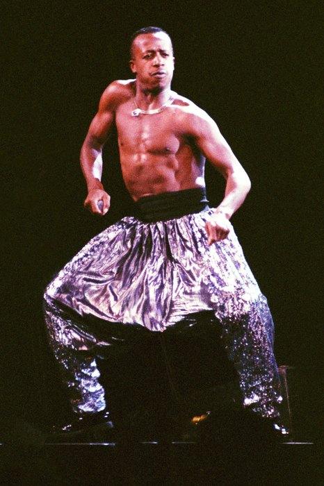 …футуристичные штаны в стиле ультрапопулярного исполнителя MC Hammer…