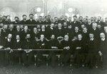 Группа депутатов Второй Государственной думы  и выборщиков по Петербургу в зале городской думы.