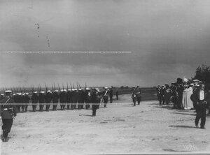 Церемониальный марш полка во время парада в присутствии членов императорской фамилии.