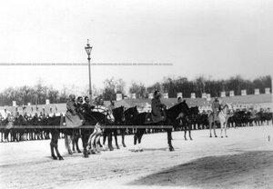 Император Николай II, великий князь Николай Николаевич и генералитет на параде полка во время молебна.
