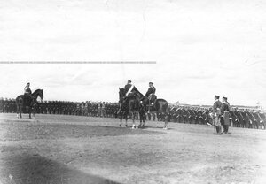 Император Николай II поздравляет юнкеров, выстроившихся на военном поле, с производством их в офицеры.