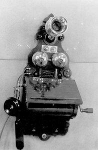 Внешний вид стенного индукторного телефонного аппарата с раздельным микрофоном от телефона без элементов, которые устанавливаются отдельно в футляре.