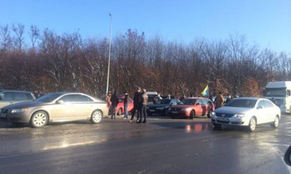 Около 50 человек блокируют подъездную дорогу кпункту пропуска «Ужгород»